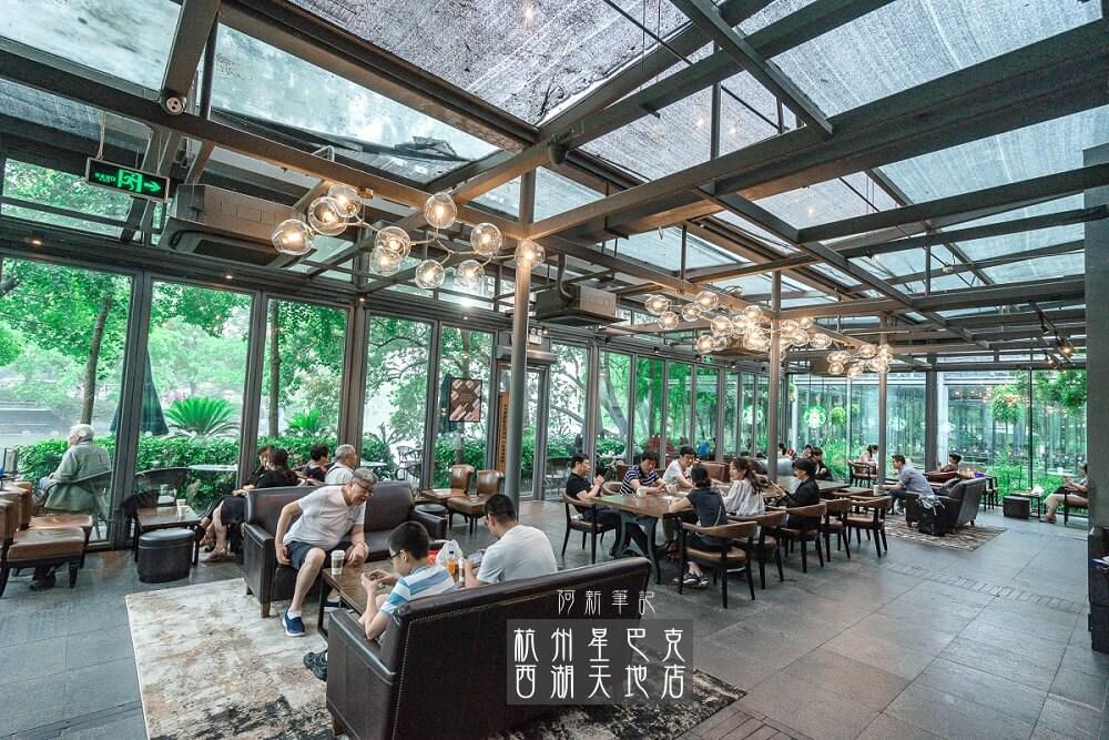 阿新筆記|杭州星巴克西湖天地店|杭州西湖邊熱門星巴克,落地玻璃採光好美,IG熱門打卡景點。