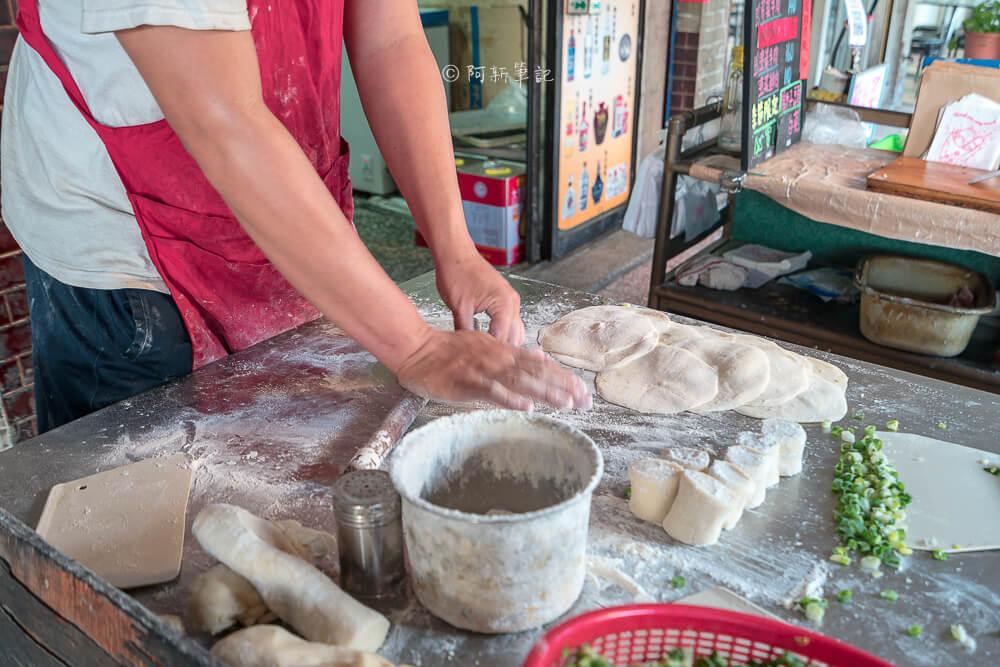 DSC07779 - 青島尹蔥油餅餡餅|下午限定的傳統美味,餡餅飽滿內餡,小心肉汁噴出~