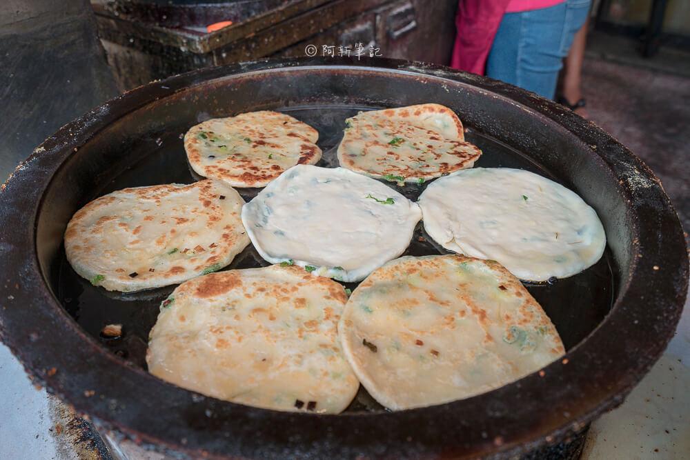 DSC07796 - 青島尹蔥油餅餡餅|下午限定的傳統美味,餡餅飽滿內餡,小心肉汁噴出~