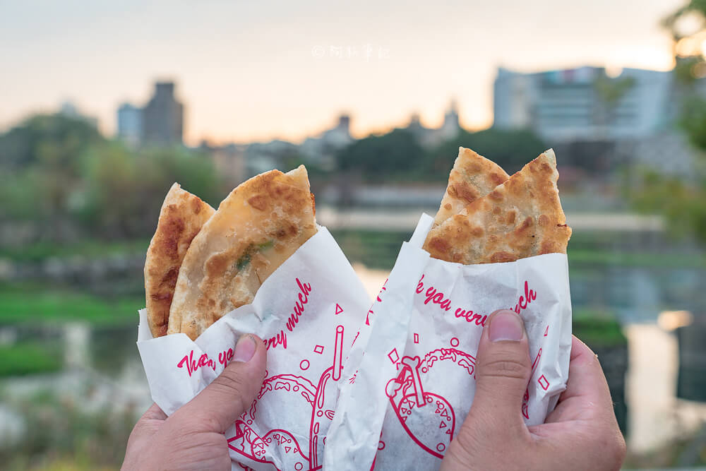 DSC07887 - 青島尹蔥油餅餡餅|下午限定的傳統美味,餡餅飽滿內餡,小心肉汁噴出~