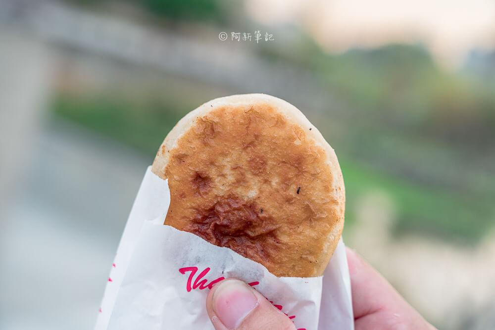 DSC07903 - 青島尹蔥油餅餡餅|下午限定的傳統美味,餡餅飽滿內餡,小心肉汁噴出~