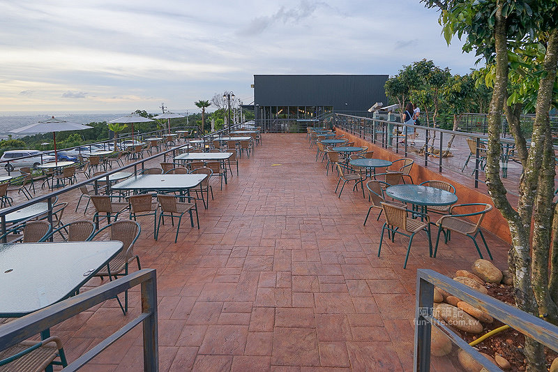 DSC03523 - 【熱血採訪】望景咖啡|台中夜景咖啡館,從夕陽看到夜景,室內、戶外座位多又寬廣,餐點多又豐富,推薦情侶、聯誼活動阿~