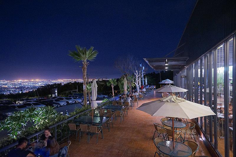 DSC03713 - 【熱血採訪】望景咖啡|台中夜景咖啡館,從夕陽看到夜景,室內、戶外座位多又寬廣,餐點多又豐富,推薦情侶、聯誼活動阿~