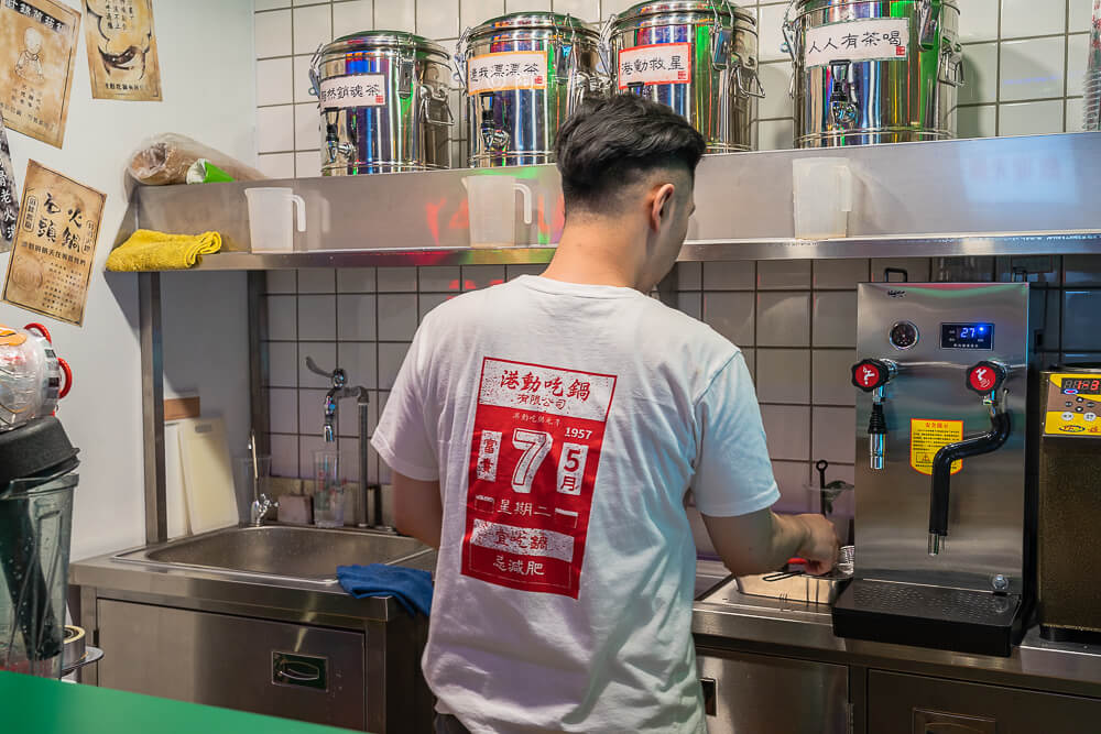 DSC02082 - 熱血採訪│港動吃鍋進軍老虎城,舊式復古香港味飄台中,第一次在茶餐廳吃鍋物,這裡太好拍