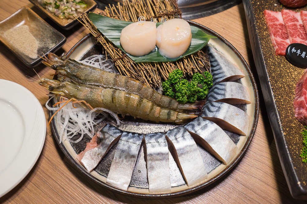 DSC04010 - 熱血採訪│雲火日式燒肉,整個牛肉盤份量好驚人啊!冒著白煙就很華麗,好適合約會慶祝!